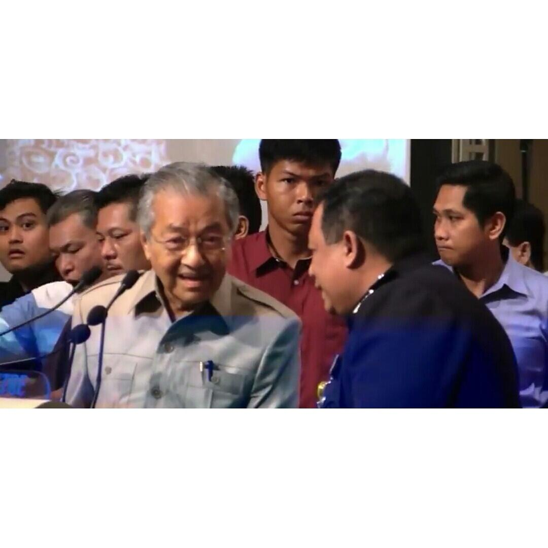 How dare you disrespect Tun M by stopping him from speaking? Shame on you @PDRMsia #nothing2hide http://t.co/QcfGv1mboy