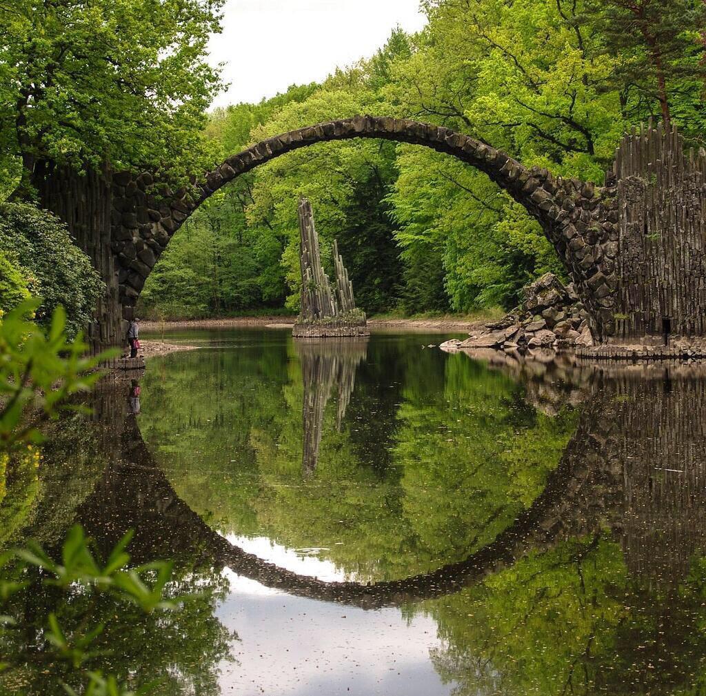 هذا الجسر في ألمانيا من أين ما تنظر إليه تجد الجسر وانعكاسه يمثلان دائرة كاملة الاستدارة! CGw_Y3CUAAAB9A3