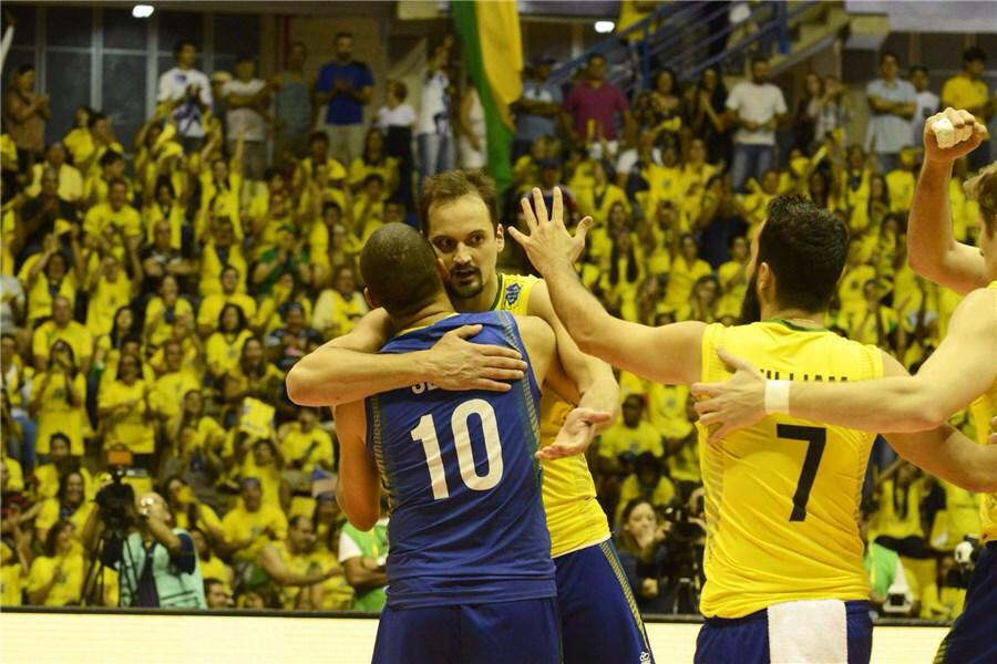 #FINALDEJOGO e é do #Brasil a vitória! Foram 3 sets a 1. Finalizamos o 4º set c/ placar 25 a 18 \o/ #rumoaodeca