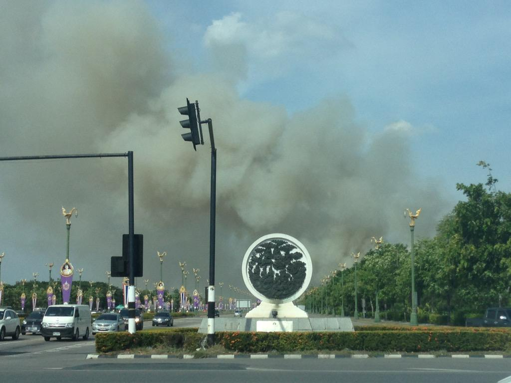 ไฟไหม้ข้างทางถนนอักษะควันเยอะมาก cc @js100radio http://t.co/3n969mcuJZ