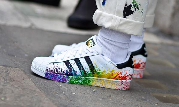 scarpe adidas superstar con schizzi di pittura