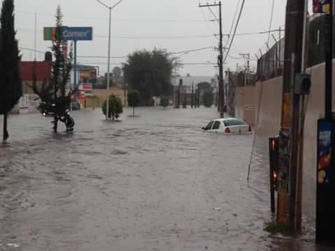Así la inundación esta tarde en la 14 sur y las Torres #Puebla http://t.co/htY1xFzt9w