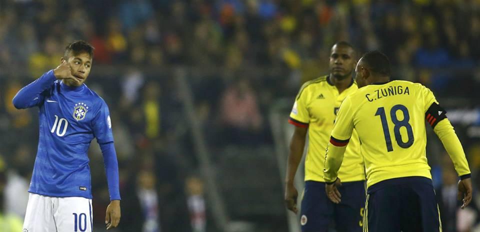Após sofrer outra falta dura de Zuñiga, Neymar se irritou:  'Depois me liga para pedir desculpas, filho da p*#@!'