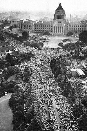 Deja vu: 55 years ago 330.000 protested against the #ANPO treaty,for peaceful Japan ちょうど55年前: 日米安保に反対し国会前に押し寄せた33万の人々 http://t.co/7e7LnCvvBF