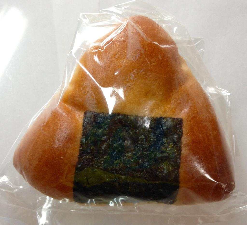 近所のパン屋さんが「攻めてみました!」と言ってたおにぎりパン。 ふんわりとしたパンの風味の中から突然モッチリと力強い味噌と米の風味が飛び出してくる! うん!もう買わねえ!\(^o^)/ http://t.co/uRzqYpr5ub