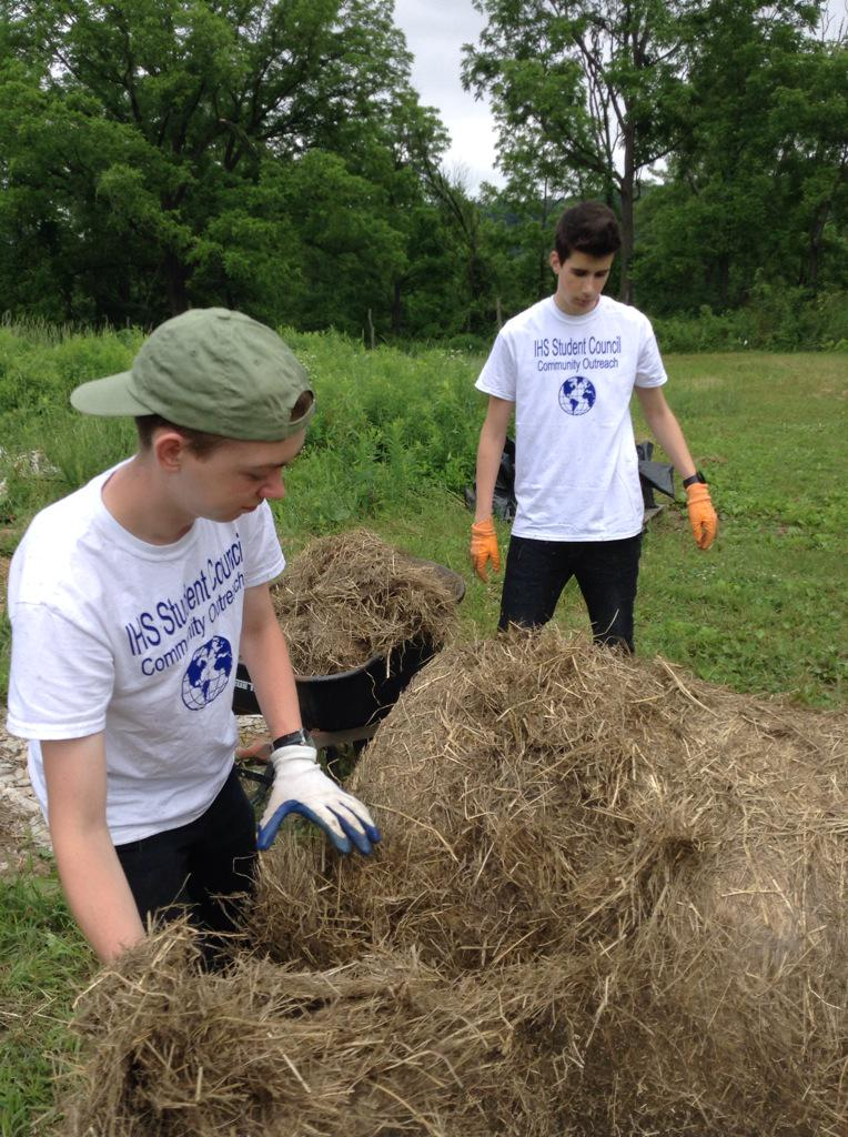 IHS student council helping out at Woods Earth! continuing #DayofAction efforts! @Depend #LiveUnited #twithaca http://t.co/NVy8d1YMzK