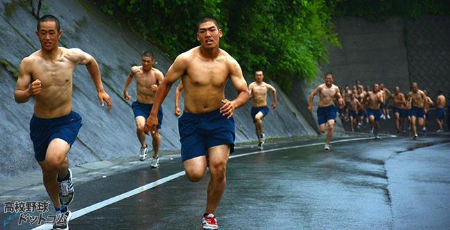 鹿児島実業(鹿児島) 鹿児島実業名物の「裸練」。この男くささがなんともいいです。角田信朗氏の「よっしゃあ漢唄」が合いそうです。これで精神だけではなく、風邪にも強くなるようです。 http://t.co/VZFFT5YRPL #高校野球 http://t.co/qEDwF58AiM