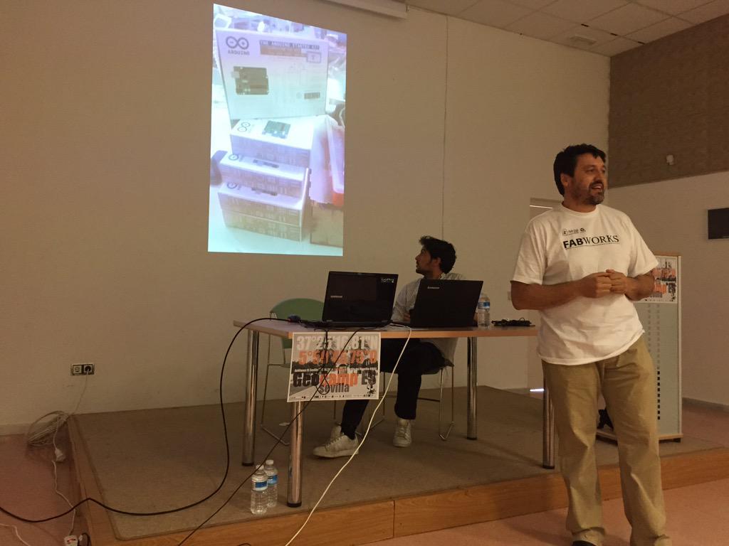 Juan Carlos de @fablabsevilla nos habla sobre que es eso de los fablabs #geocampes http://t.co/thhNOMccpC
