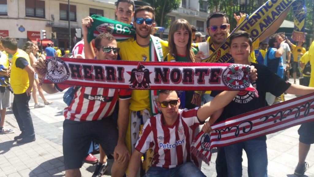 Ultras del Athletic agrediendo a aficionados del Cádiz. Gracias Tebas por declararlo de alto riesgo. Menos mal... http://t.co/yFGfQmhJJX