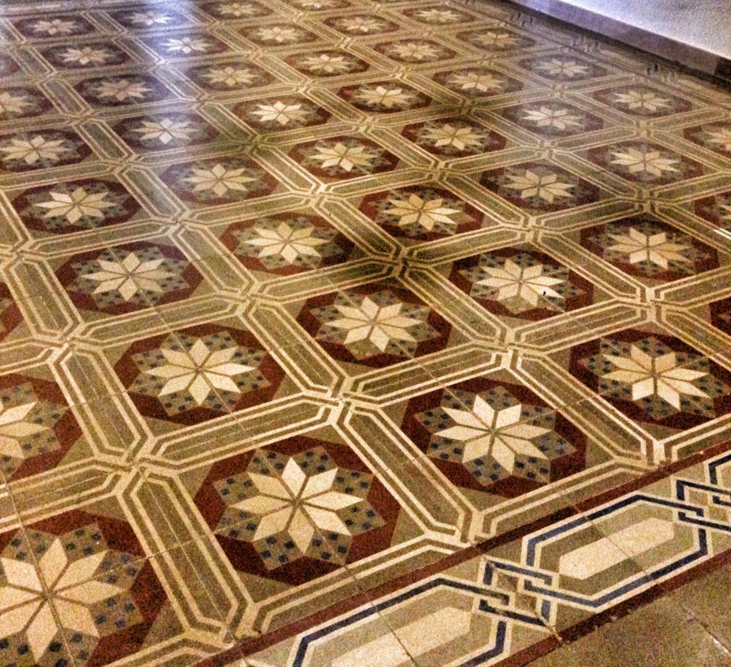 Mirant-nos el món amb ulls matemàtics @druizaguilera #tiles #mosaic #tesel·lacions #queralt #mathphoto15 http://t.co/2WjWA8XPdy