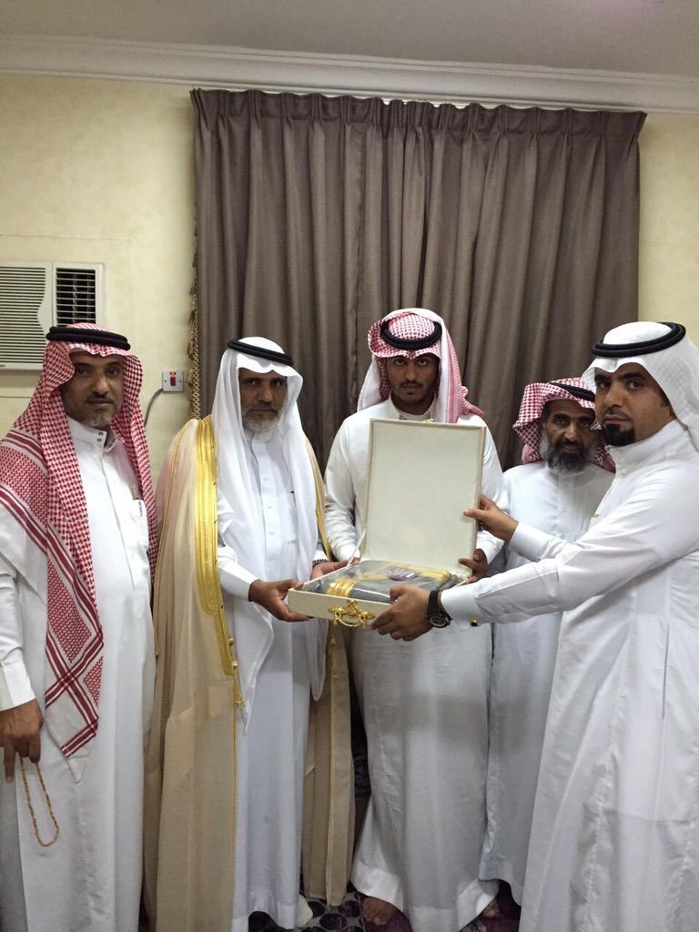 CHASBLQVIAEaJql - تكريم خريج معهد الدراسات الفنية بدر بن ظافر ابن قليل آل عمَر
