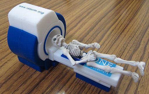 MRI関係の国際学会に参加したら、抄録集はMRI型のUSBだった。面白いけど、かさばるw pic.twitter.com/EdyV0psrj8