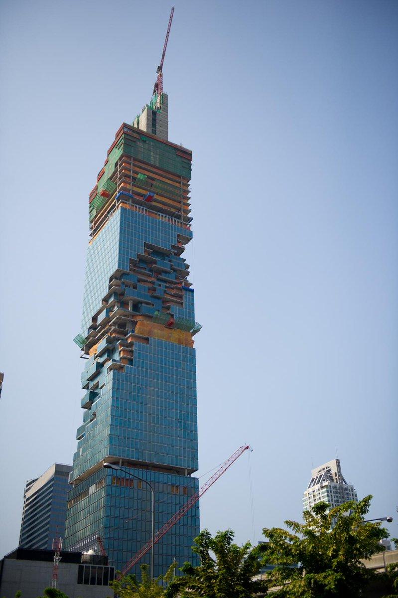 タイで見つけた建設中のビル。テクスチャがバグってるみたいな色彩・構造で凄い。 http://t.co/QG0pi1BXvS