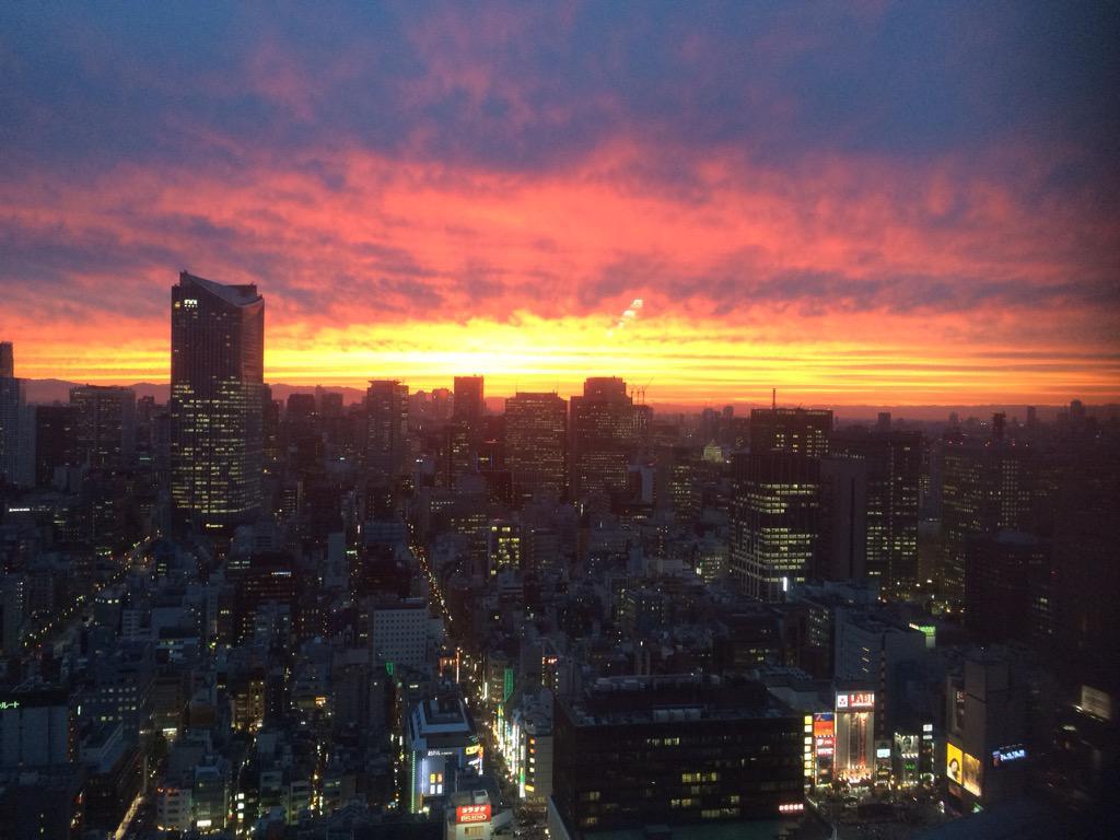 いやーお前ら今日の夕陽すげーぞ。やっぱ高いとこから見る夕陽はサイコーだな。クックックッ。。雨あがってよかったよかった。今日はあのシーンだったからな。まあ、楽しみにしとけークックックッ…。 #デスノート pic.twitter.com/67SBkxyggt