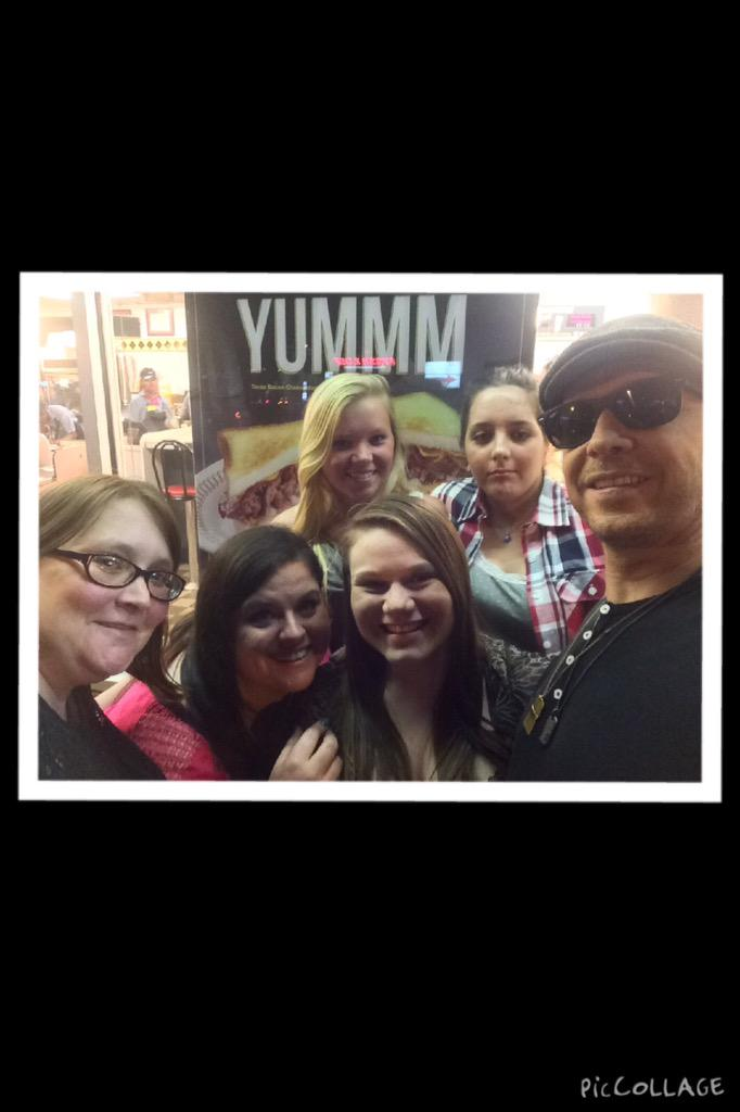 «@DWs_JMsBamaChik @DonnieWahlberg #TwugTuesday @DWsLaLa @dontstopschmidt @Christinaa_Barr follow them please http://t.co/D9RNFm08vp»