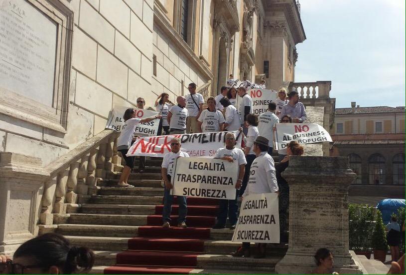 Mafia Capitale: la gente in protesta blocca il Campidoglio
