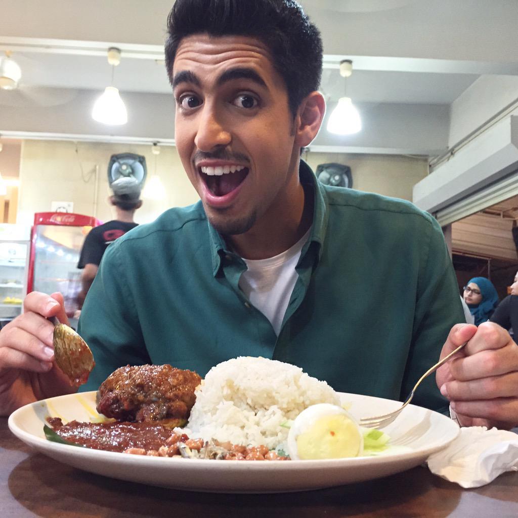 Having Nasi Lemak after a long day in Kuala Lampur   عشاء ماليزي بعد الانتهاء من أول يوم للجولة الترويجية في ماليزيا http://t.co/rpF8NN6Ajf
