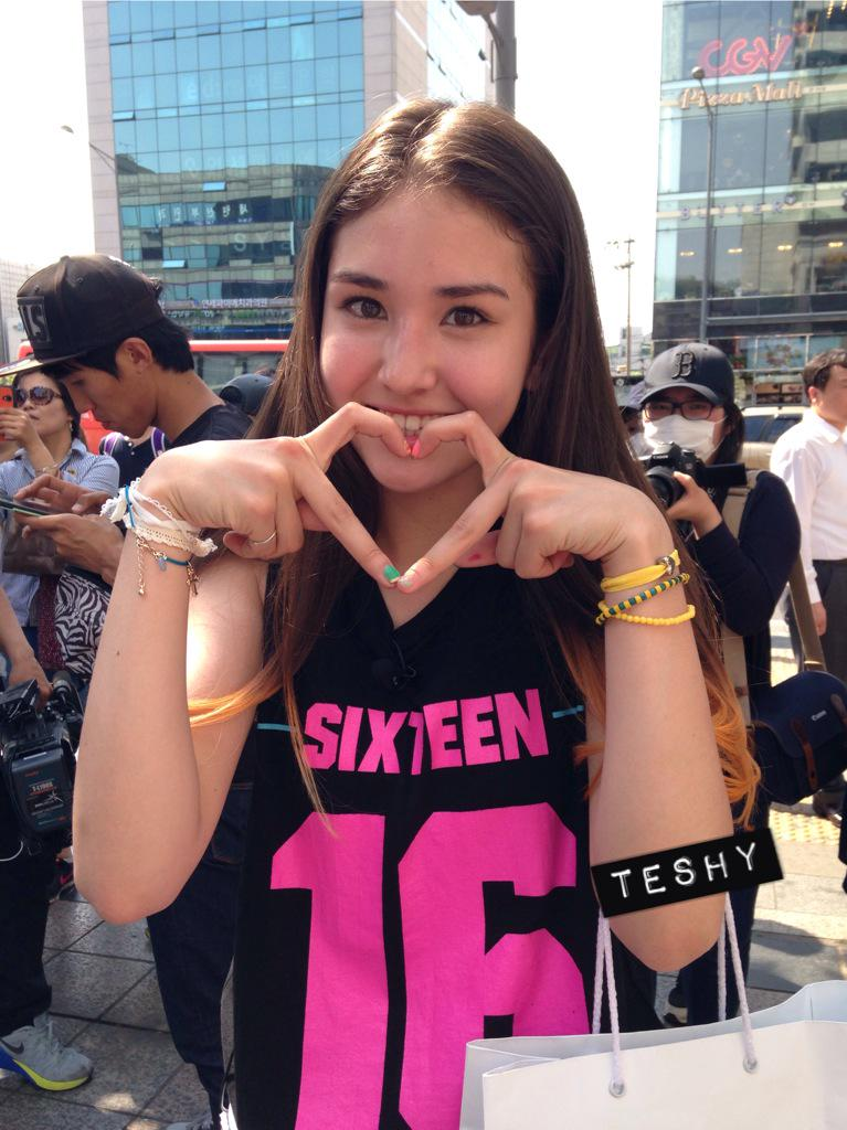 I said to somi that my twitter friends love you so she posed for you all!! Keke #sixteen #somi http://t.co/hRrmP74wWe