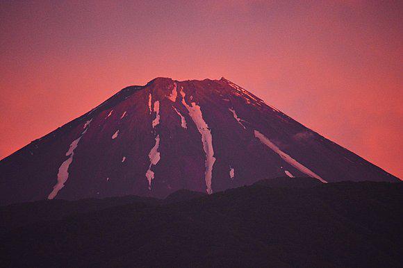 【真っ赤な夕焼けに染まる 富士山】 tenki.jp/forecaster/dia… 昨日(9日)、雨上がりの夕方には所々で真っ赤な夕焼けが見られました。富士山も夕焼けで赤く染まり、美し.. pic.twitter.com/CFhnSGujoD