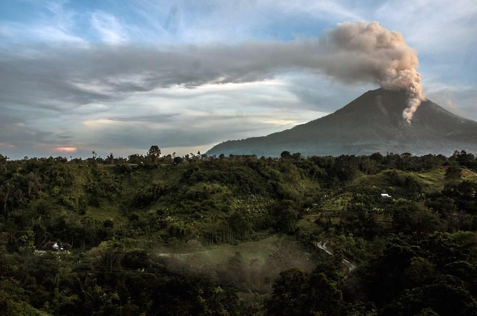 FOTO VIDEO Eruzione del Vulcano Monte Sinabung (Isola Sumatra) in Indonesia