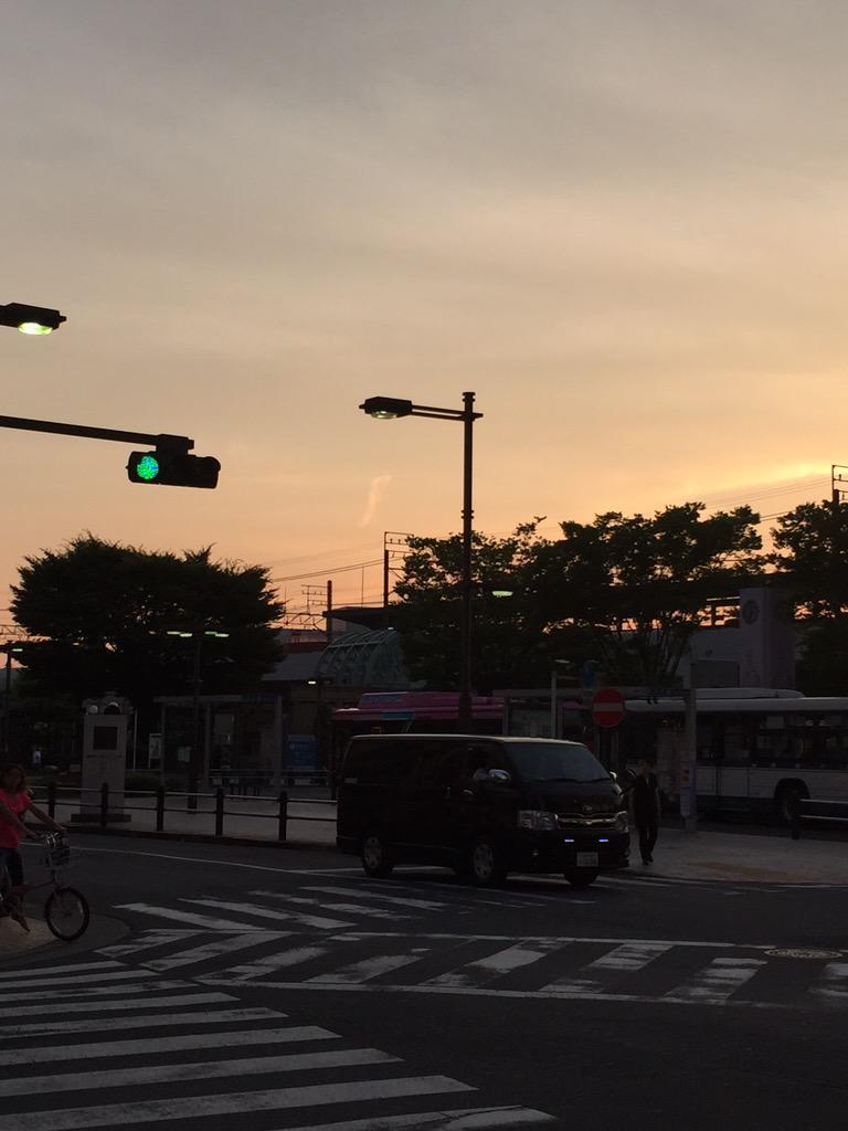 これは地震雲ですか? 亀有駅から見て西北西に出ています。 http://t.co/IuK4OyYMdE