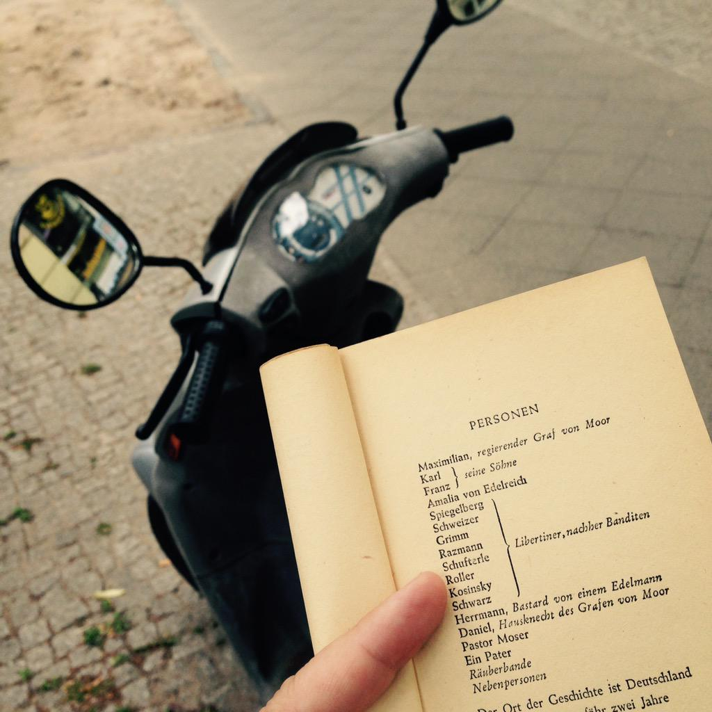 Bin heut mit meinem Roller (benannt nach dem Schillerschen Räuber 😆) Schiller in Berlin suchen gewesen. #schiller2go http://t.co/ZxSlkEhWc4