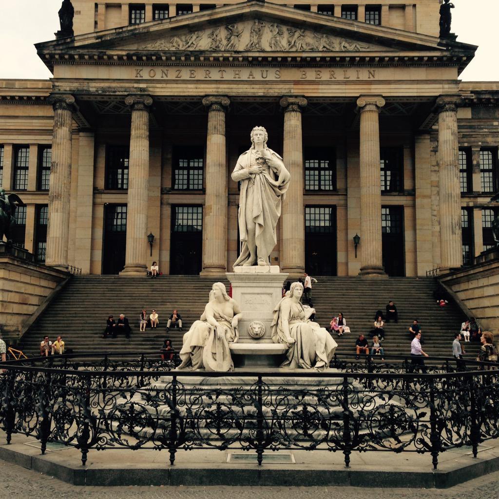 Unser berühmtestes Schillerdenkmal steht am Gendarmenmarkt. Kennt eigentlich jeder. #schiller2go #berlin http://t.co/DR3AI2lDWW
