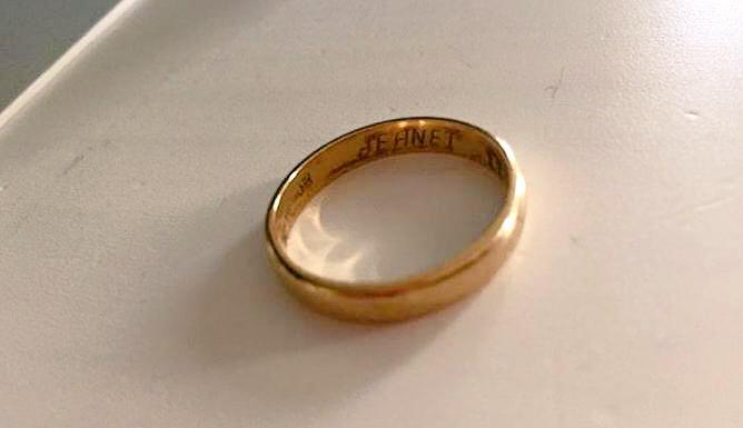 Trouwring gevonden op het station. Wie o wie  mist de ring met de tekst 'Jeanet'? > http://t.co/DsDw6Gn5Gu #dtv http://t.co/qnkfisCZX3