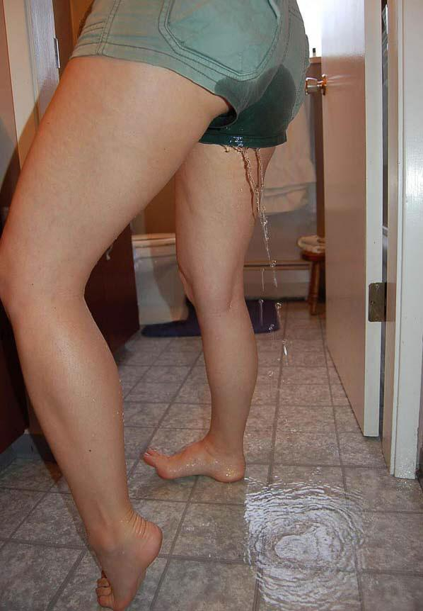 Girl peeing trough her panty