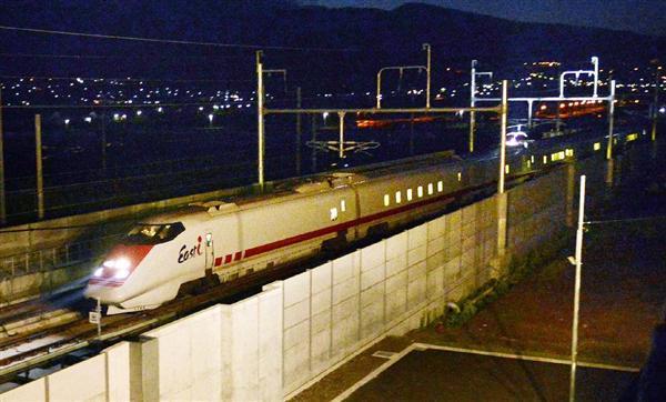 JR東日本の新幹線検測車「イーストアイ」が11日未明、平成28年春に開業する新青森以北の北海道新幹線のレールを初めて走り、青函トンネルを通って北海道に入りました。sankei.com/life/news/1506… pic.twitter.com/qksz7uWLTr