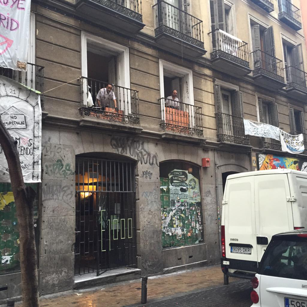 Acaban de desalojar el mítico Patio Maravillas de la calle Pez de Madrid.Mucha policía y ya tapiando ventanas http://t.co/xAouk78K08