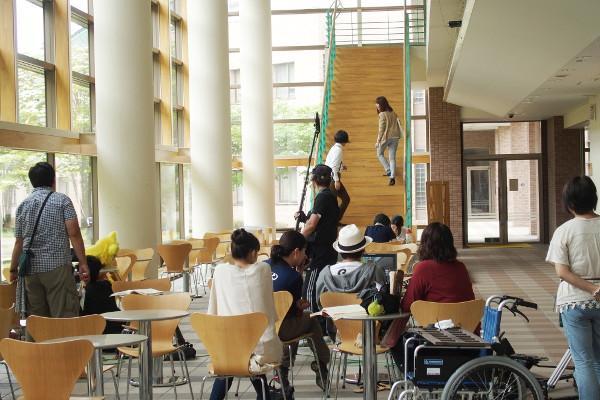 本日、学内で「鉄神ガンライザーNEO2」のロケを行っています。こちらは朝の学生ホール。 http://t.co/dmsNvsZ6sq