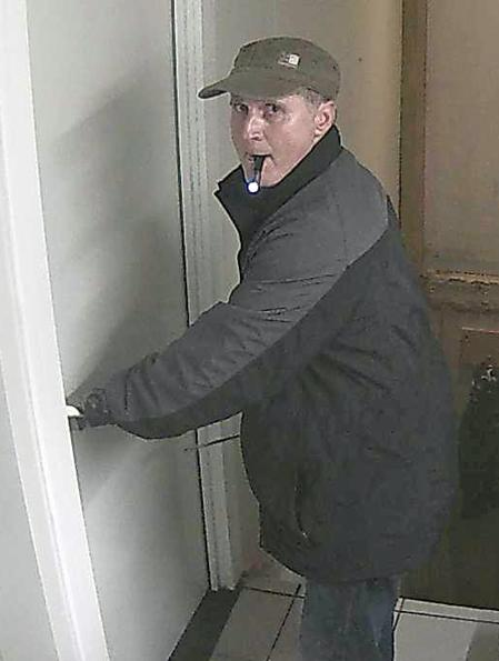 Wie kan deze inbreker (o.a. te Bornem, Puurs en Sint-Amands) helpen identificeren? http://t.co/DeQ4JPEuLC http://t.co/WsjRYDdozJ