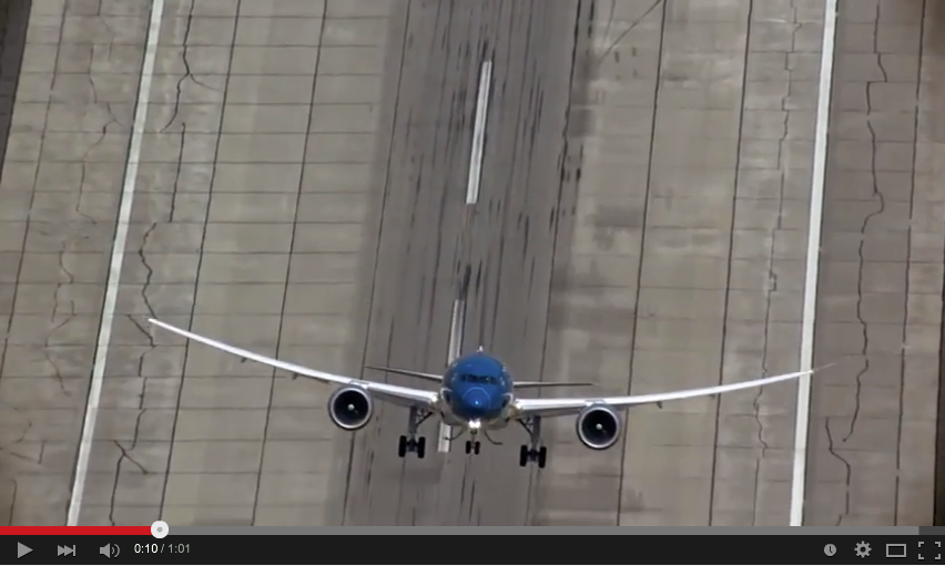 The angle the #dreamliner takes off at is INSANE! I just hope it doesn't land the same way. https://t.co/EDJFYINiJ3 http://t.co/acx3mkenv8