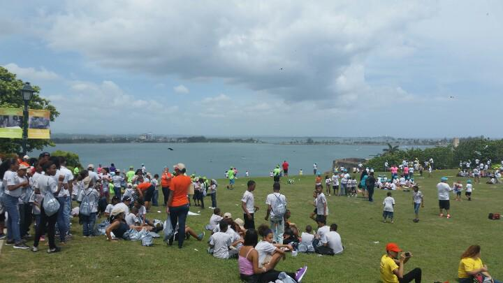 La fortaleza on twitter el morro lleno de gentebuena volando chiringas avppuertorico http - Volar a puerto rico ...