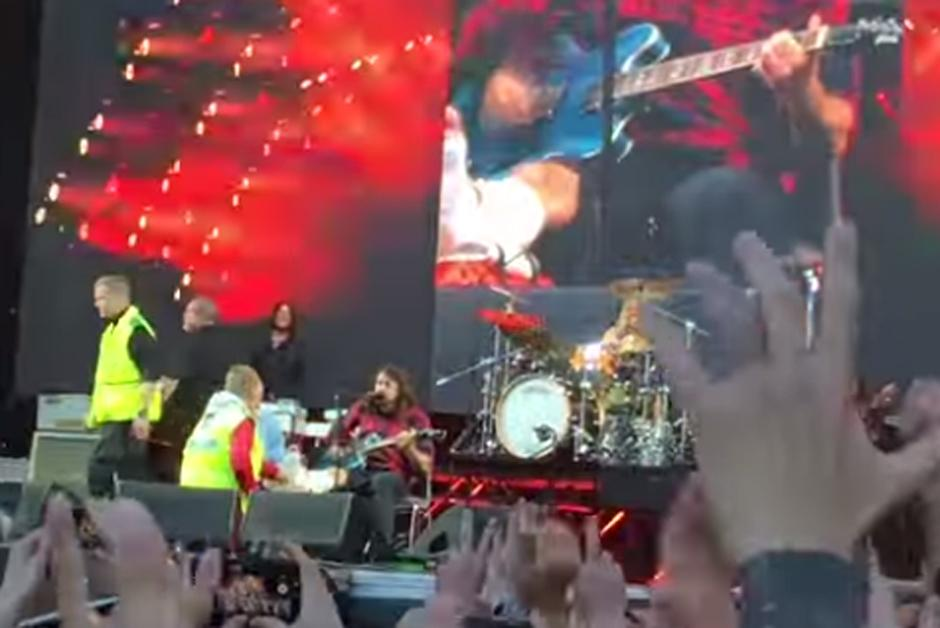 Foo Fighters' Dave Grohl breaks leg after fall from stage but refuses to stop concert http://t.co/V7KRExaILc http://t.co/kGlKjxKKji