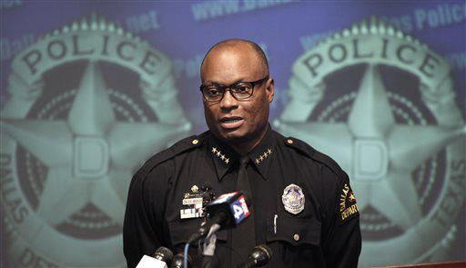 Suspects open fire on officers outside Dallas Police HQ: http://t.co/HOIWa0l8ri http://t.co/prS77ZLz61