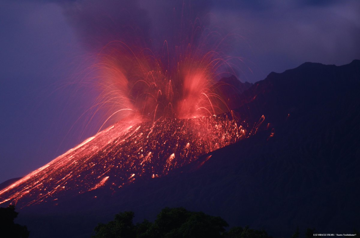 今は小刻みに噴火を繰り返している様ですがこの噴火が急に止まった時、要注意です...前回2日噴火しなかった時の事おかしいなと思っていたらドカーンときたわけです長期的に噴火が止まれば山体膨張はさらに悪化しそう#桜島 #火山 pic.twitter.com/ALZM0T9oYh