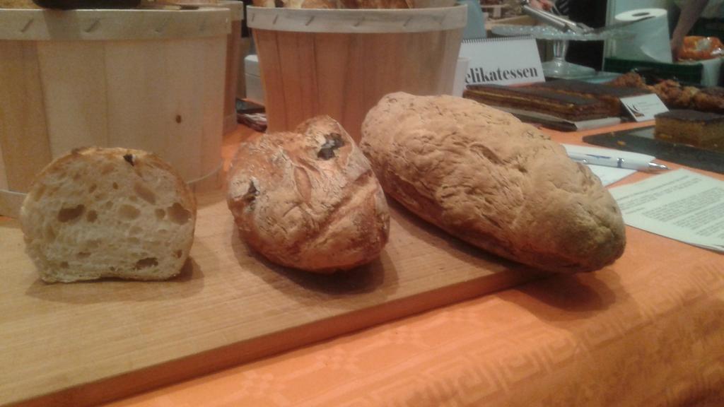 Esto es pan y lo demás cuento. Aplausos para los chicos de @Celikatessen, que además son un encanto!! #SalAIA15 http://t.co/zE9L6TiVnf