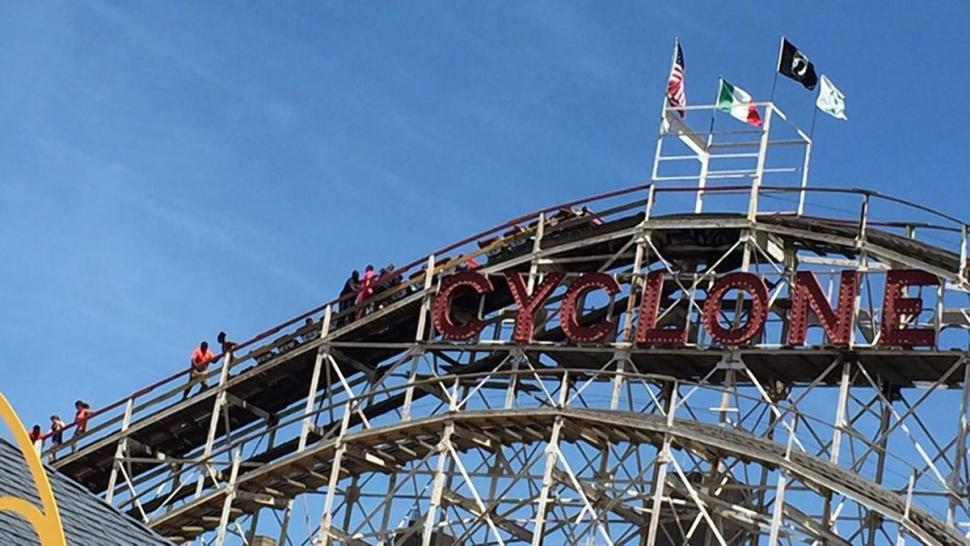 Coney Island's Cyclone roller coaster broke down mid-ride, leaving passengers trapped on crest http://t.co/e0RAT5LKpu http://t.co/sWFUpozNCl