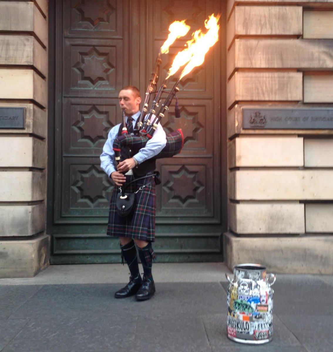 Busker with flamethrower bagpipes on Royal Mile! Making a fortune. http://t.co/wBTqs78mvi