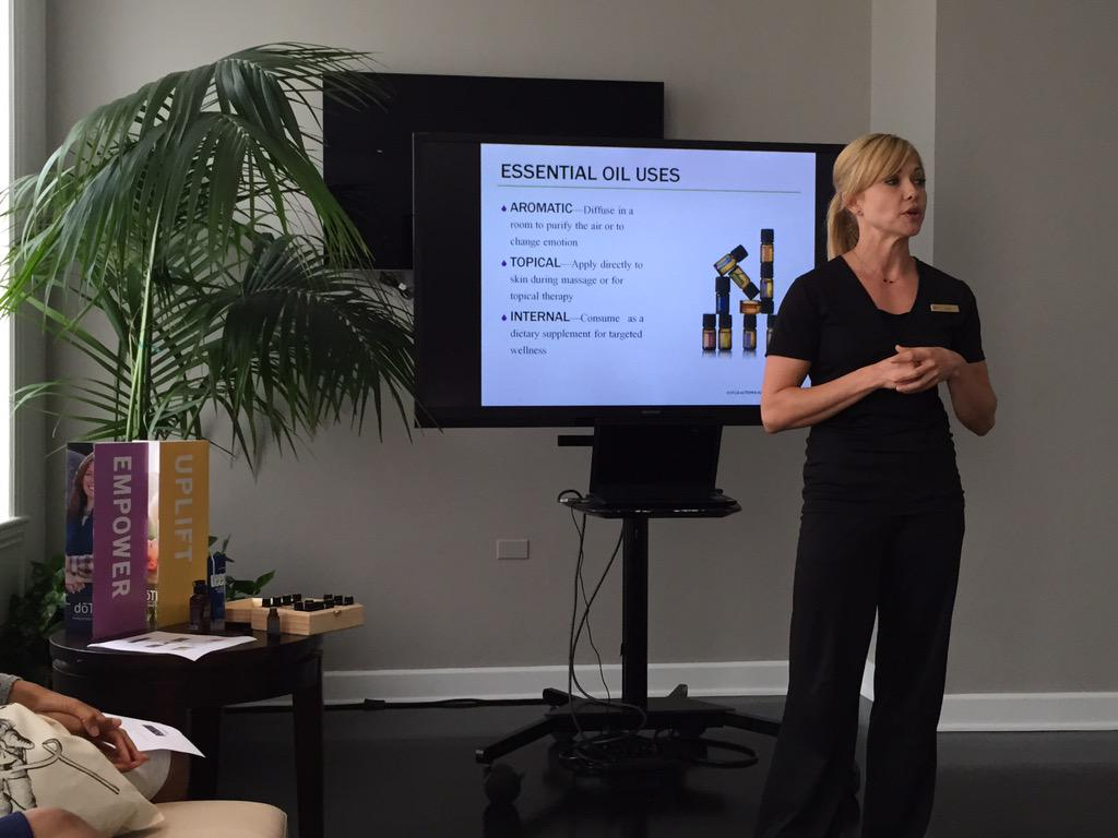 Empower. Cleanse. Soothe. Amy chatting with us about the benefits of Essential Oils! #FSWellness #GlobalWellnessDay http://t.co/79JftLeeEW