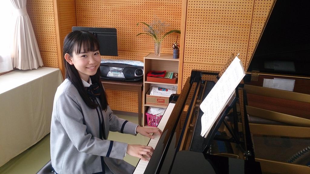 ピアノを弾く柴田杏花