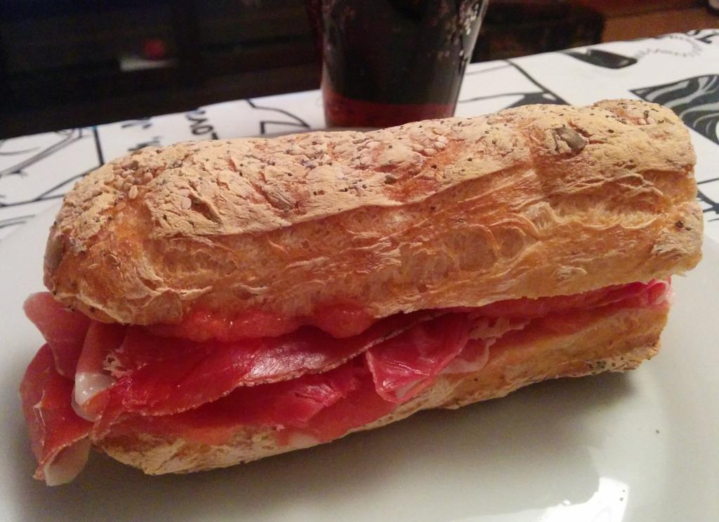 Bocata de jamón serrano y tomate con pan, pan, pan de @Celikatessen Qué bueno! http://t.co/WpXR6M4LAR