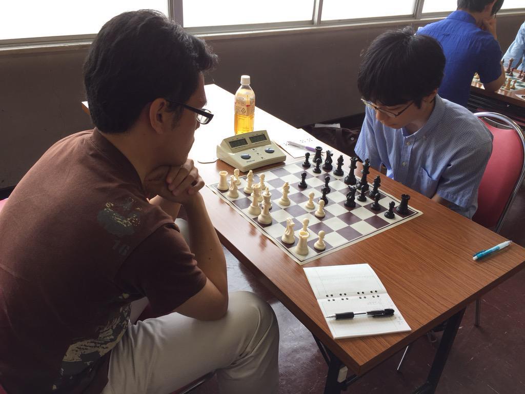 この土日に開催された全日本快速選手権は、プロ棋士の青嶋未来くんが7勝1敗で単独優勝です。3回目のチェス大会参加にして、全日本上位クラスをことごとく破っての優勝は、見事と言う他ありません! (写真は7R の入江戦) http://t.co/QtwYGMKQfD