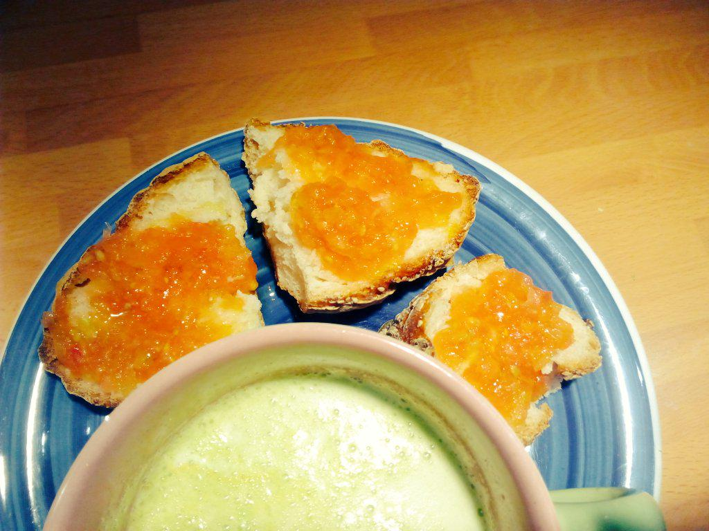 Superdesayuno! zumo de frutas y verduras + pan con tomate y aceite @Celikatessen va por vosostros! http://t.co/1cIeyWE242