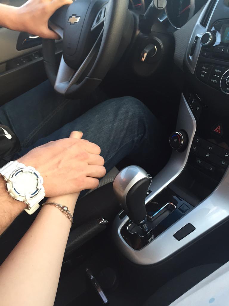 картинки когда держатся за руку в машине такие квартиры