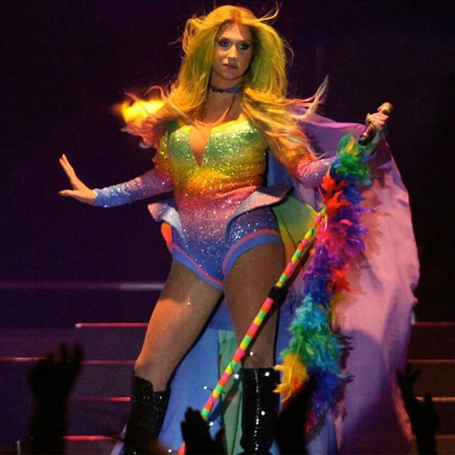 Kesha >> Galería [Candids, apariciones, paparazzi, etc.] - Página 14 CHfpc7lWgAQ8tro