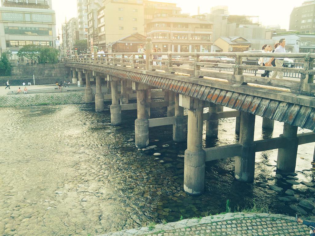 三条大橋にやって来た。今はとても穏やかな雰囲気だけど‥此処は新選組局長、近藤勇が板橋で斬首され晒し首になった場所。静かに手を合わせました。