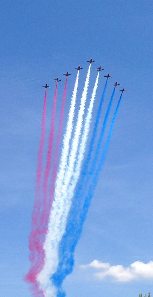 Fly past by @rafredarrows to mark the 800th anniversary of #MagnaCarta at #Runnymede http://t.co/UnHtwqUKrh